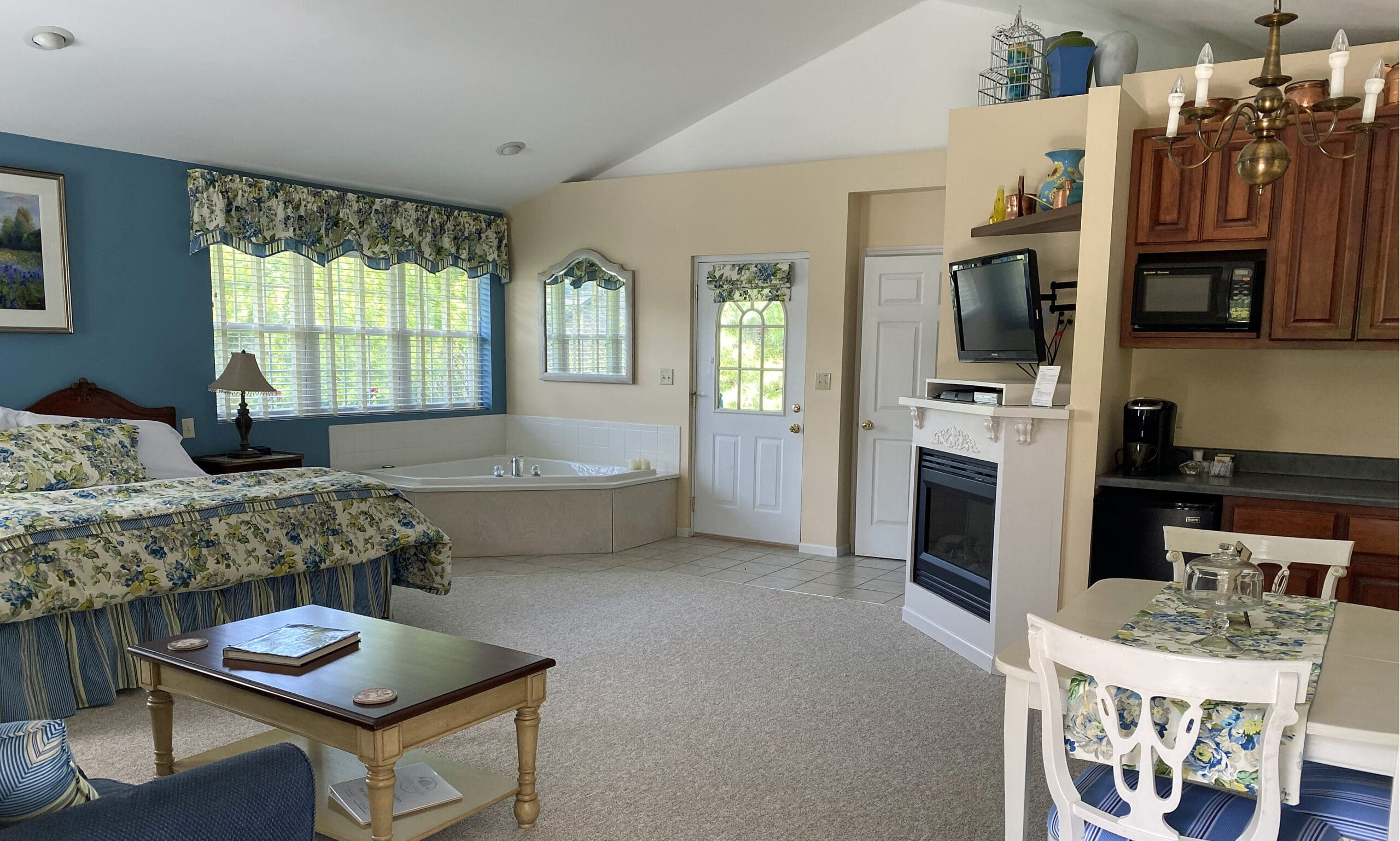 bedh, whirlpool tub, fireplace and dining table